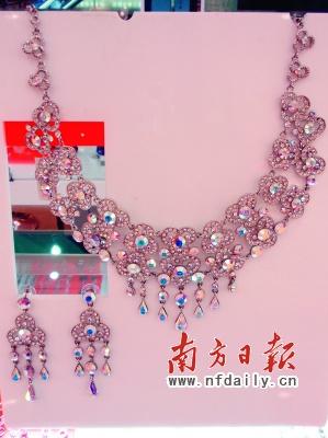 98元   心怡居的这款流行项链,大量运用贝壳,珍珠及串珠,整体造型仿佛