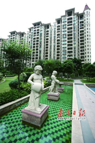 社区内,喷泉水景,欧式雕塑,亭台廊榭等园艺小品,与地中海风格的建筑