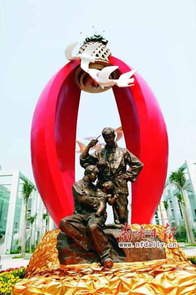 """据介绍,""""孕育""""雕塑融合了罗村花灯文化和孝德文化,其外壳由一对弧形"""