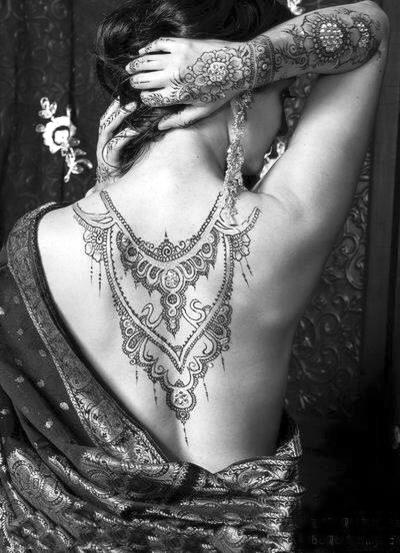 细致的花纹——绘制这种花纹的就是mehandi(曼海蒂)