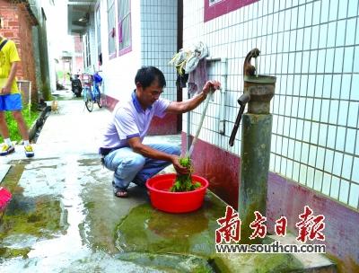 麦屋村村民用新装的自来水洗菜