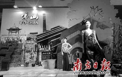 中式晚礼服,汉服,旗袍……模特身穿设计精美的香云纱,穿梭于t台之上
