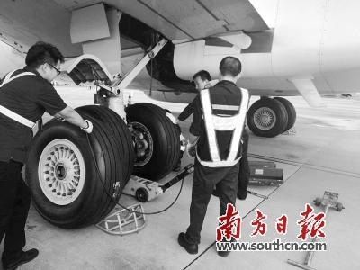 有关揭阳潮汕机场停机坪上一架飞机被雷击的视频在