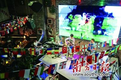 挂上了欧洲杯参赛国的国旗以及赛程表,门口的空地上也安装了投影屏幕