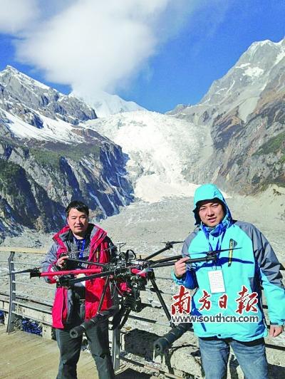 卢致文(右)在海螺沟航拍雪山.