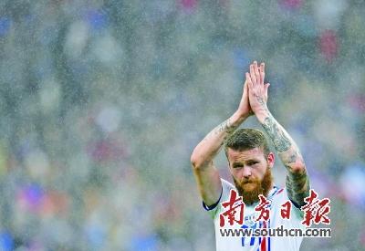 冰岛队球员贡纳松赛后向球迷致意.新华社发