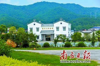环境整治掀起了蕉岭新农村建设的热潮:福北村的刘氏祖屋正抓紧修缮