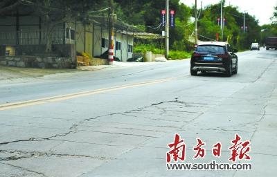 进岛车流增大,令南澳县环岛公路路面出现裂痕.