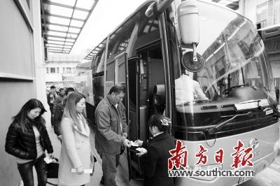 乘客在东莞乘坐机场大巴前往广州白云机场.南方日报记者 孙俊杰 摄-