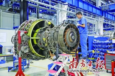 维修有限公司工作人员对飞机发动机做检测维修工作