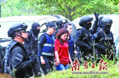 护卫下抵达雪邦法庭. 越南籍嫌疑人段氏香(黄衣)在特警护卫下图片