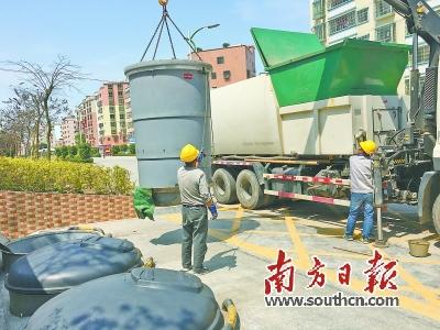 佛冈县率先使用地埋式垃圾桶,获得调研组一致好评.魏亚男 摄