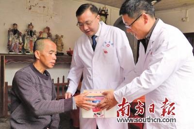 医五院_广医五院周新科院长与周如建书记为困难户送药.