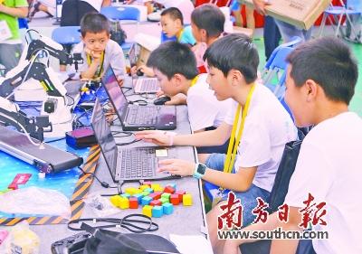 大赛主要从项目,程序,工程设计及团队合作入手,了解青少年对机器人