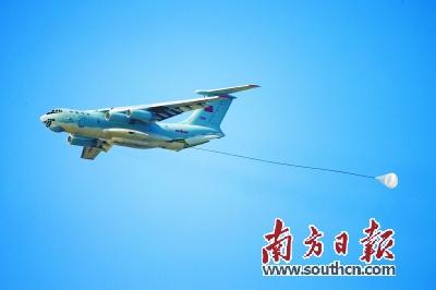 """8月4日,中国空军伊尔—76战机在""""航空飞镖""""靶场开放日进行重装空投"""