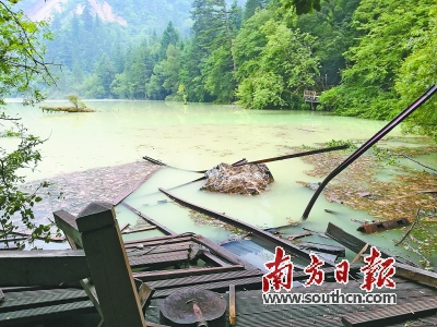 8月9日,地震后的九寨沟五花海水质变得浑浊.新华社发