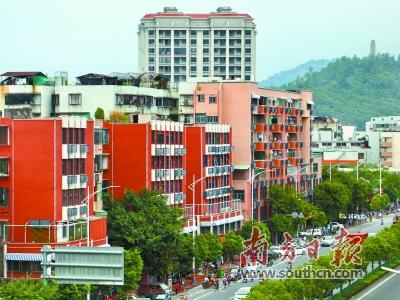 大学路上,国际化与潮汕特色的建筑装修风格令人眼前一亮.