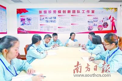 张恒珍在以她名字命名的劳模创新团队工作室传达党的十九大精神.图片