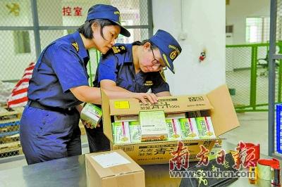汕头海关关员对跨境电商货物实施查验监管.袁国宏 摄