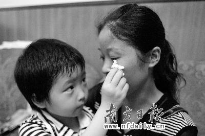夺米一777米奇-本报讯(记者/何建文)小小的碗盛着瘦肉粥,来自重灾区绵竹的6岁女图片