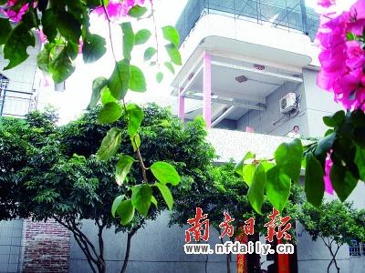村民住宅坐落在绿树红花之中.本报记者王伯乐摄