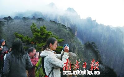 风景秀丽的黄山游客络绎不绝.资料图片